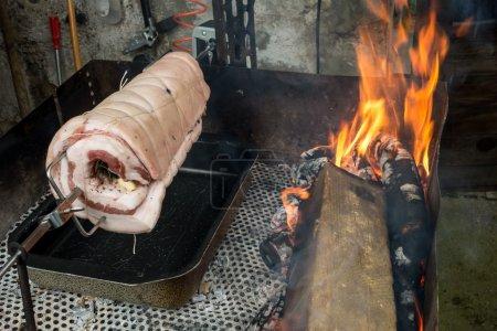 Foto de Cerdo asado en una saliva que corre en una barbacoa - Imagen libre de derechos