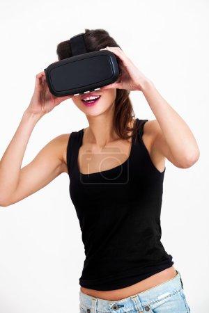 Photo pour Portrait de femme belle et heureuse avec oculus rift - image libre de droit