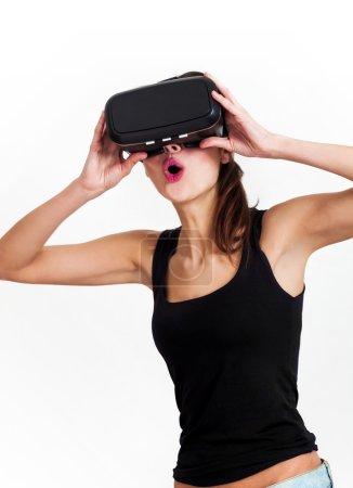 Photo pour Portrait de femme belle et surpris avec oculus rift - image libre de droit