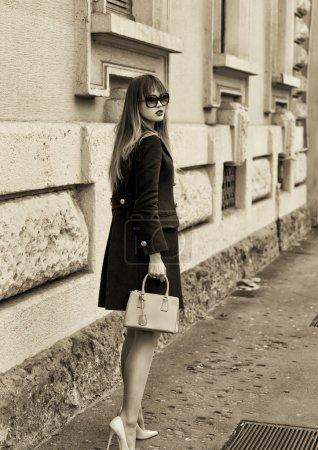 Portrait de femme à la mode et belle dans la ville