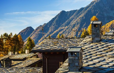 Pequeño pueblo en el valle de Aosta visto desde los tejados