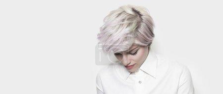 Photo pour Fille réfléchie avec boîte aux lettres cheveux teints - image libre de droit