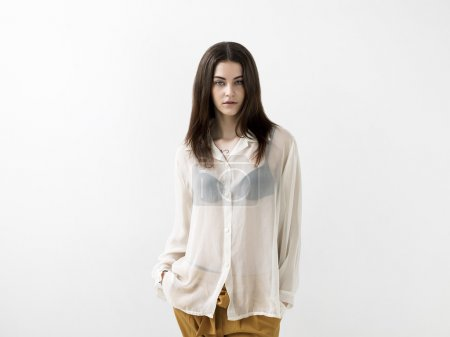 Photo pour Belle fille portrait portant chemisier transparent blanc - image libre de droit