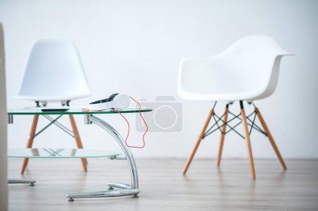 Foto de Diseño contemporáneo. Vista de la luz bien diseñada habitación con mesa de cristal y sillas blancas - Imagen libre de derechos
