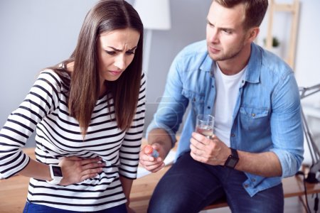 Kranke arme Frau spürt Schmerzen im Magen
