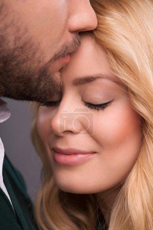 Photo pour Portrait à mi-longueur d'un couple joyeux et souriant, les yeux fermés face à face, profitant du moment où ils sont ensemble - image libre de droit