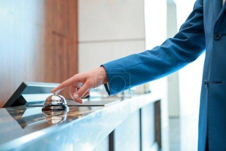 hotel service portier an der rezeption