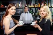 Přátel pít kávu v baru