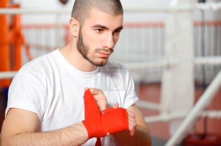 Sportsman binds boxing bandage