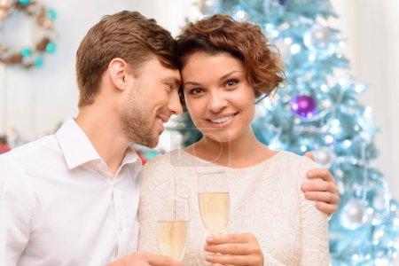 Photo pour Ma douce. Jeune couple jubilant positif buvant du champagne et célébrant tout en se liant les uns aux autres - image libre de droit
