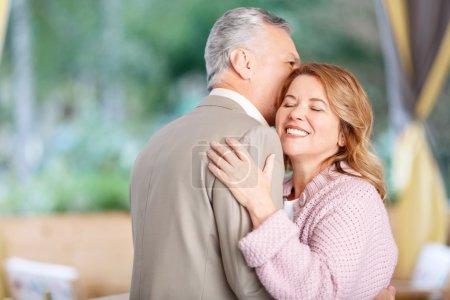 Photo pour Je t'aime tendrement. Aimer couple adulte agréable coller les uns aux autres et danser tout en ayant une bonne soirée dans le café - image libre de droit