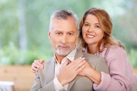 Photo pour L'amour de ma vie. Agréable aimant heureux couple adulte collant les uns aux autres et exprimant l'amour - image libre de droit