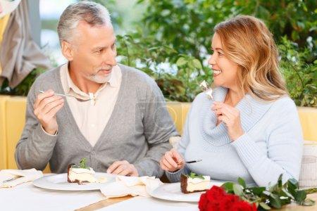 schönes erwachsenes Paar sitzt im Café