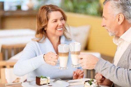Photo pour Pour toujours ensemble. Aimer beau couple boire du café et manger du gâteau tout en ayant un dîner savoureux dans le café - image libre de droit