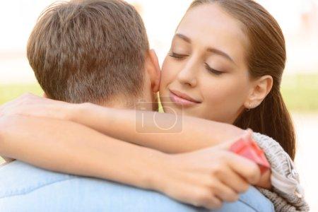 Photo pour Un amour tendre. Agréable couple amoureux enchanté exprimant de vraies émotions tout en embrassant - image libre de droit