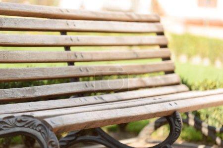 Photo pour Assieds-toi. Banc confortable en bois debout dans le parc - image libre de droit