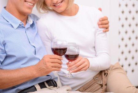 Photo pour Amoureux de toi. Contenu couple adulte aimant tenant des verres et buvant du vin tout en se liant les uns aux autres - image libre de droit