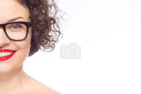 Photo pour La recherche de couleurs vives. Fille heureuse posant avec verres transparents - image libre de droit