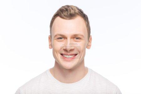 Photo pour Sourire de couleurs vives. Jeune bel homme souriant pose sur l'appareil photo - image libre de droit