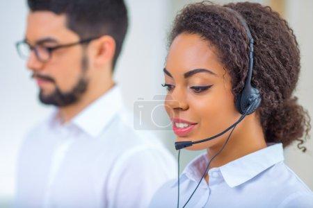 Foto de Trabajo digital. Dos colegas están sentados en la oficina absortos en el trabajo - Imagen libre de derechos
