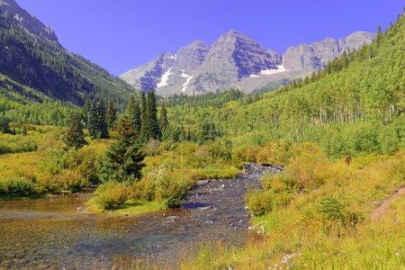 Photo pour Open Road et ciel bleu dans les montagnes rocheuses - image libre de droit
