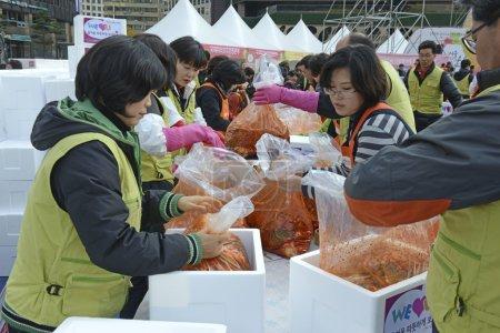Photo pour Séoul. 16 novembre 2014. Le Kimchi Making & Sharing Festival, qui vient de se tenir, s'inscrit dans l'importante tradition coréenne de Gimjang, afin que les familles aient suffisamment de kimchi pour traverser le long hiver. . - image libre de droit