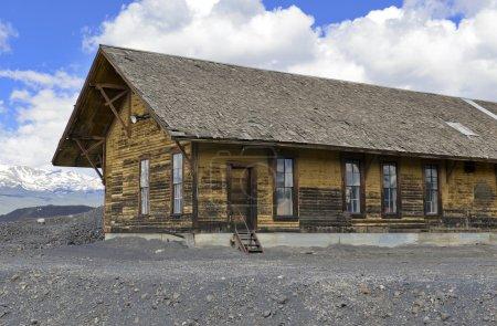 Photo pour Cabane vintage en rondins dans vieille ville minière - image libre de droit