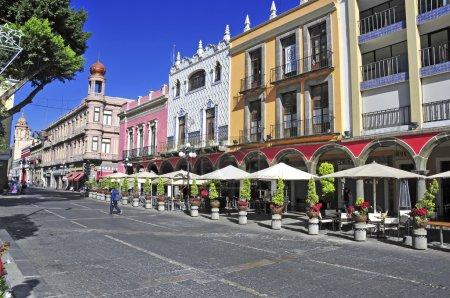 Foto de Puebla, México. Alrededor de diciembre de 2012. Caracterizado por sus edificios de vibrantes colores y calles estrechas, Puebla es un lugar popular para los turistas, a pesar de ser construido bajo múltiples volcanes activos. - Imagen libre de derechos