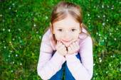 Kültéri portré egy aranyos kislány