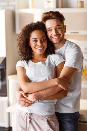 Photo pour De vrais sentiments. Contenu gai jeune couple souriant et embrassant tout en exprimant leurs émotions - image libre de droit