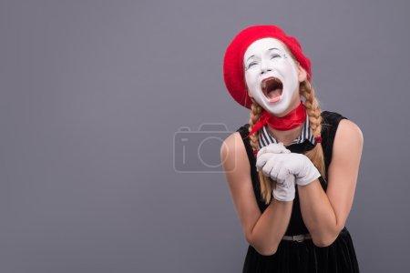 Photo pour Taille-up portrait de drôle mime femelle à tête rouge et blanc face à crier très fort yeux fermés isolés sur fond gris avec la place de la copie - image libre de droit
