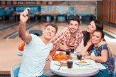 Lidé dělají selfie zatímco jíst pizzu