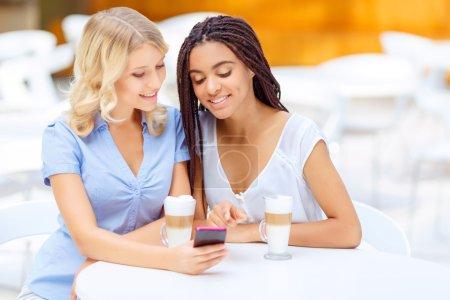 glückliche Mädchen sitzen im Café