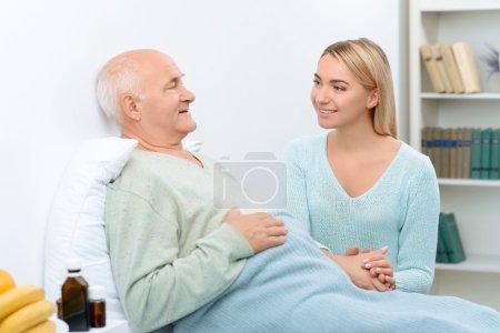 Photo pour Le sourire est le meilleur remède. Tout en discutant avec son grand-père malade relatif se sent plus heureux et sourit largement - image libre de droit