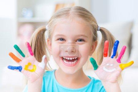 Photo pour La vie est belle. Portrait de fille souriante heureuse positive poussant sa paume et se sentant satisfaite après avoir dessiné - image libre de droit
