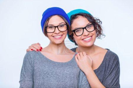 Photo pour Les soeurs s'embrassent. Deux jeunes sœurs attirantes sourient et s'embrassent - image libre de droit