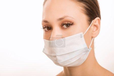 Photo pour Protection buccale. Jeune fille attrayante porte masque protecteur - image libre de droit