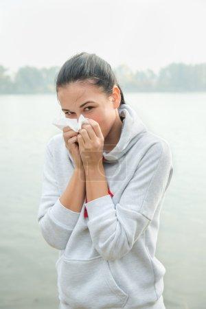 Photo pour Portrait d'une jeune femme avec réaction pense ou allergie - image libre de droit