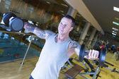 Mladý muž dělat boční vyvolává - cvičení rutiny