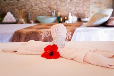 Photo pour Décoration de serviette sur la table de massage. Intérieur de spa. Dof peu profond - image libre de droit