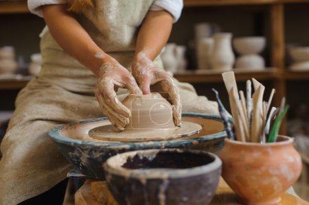 Photo pour Mains d'un potier, créant un pot de terre sur le cercle - image libre de droit