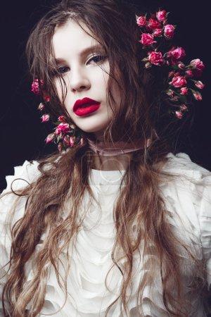 Photo pour Portrait de la belle jeune fille avec Couronne florale - image libre de droit