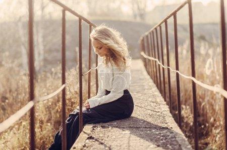Photo pour Portrait d'une belle jeune femme blonde sur le pont, humeur heureuse, style de vie - image libre de droit