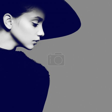 Photo pour Black and white Portrait of beautiful young girl in hat in studio - image libre de droit