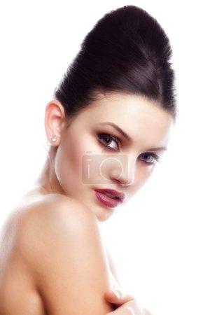Photo pour Portrait glamour de belle femme modèle avec maquillage frais quotidien et coiffure romantique ondulée. Surligneur brillant de mode sur la peau, maquillage sexy des lèvres brillantes et sourcils foncés - image libre de droit