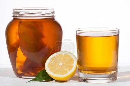 Photo pour Kombucha superfood pro biotique boisson en verre sur le fond blanc - image libre de droit