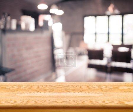 Photo pour Table en bois vide haut avec café-restaurant flou avec bokeh fond, modèle d'affichage produit. - image libre de droit