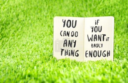 """Photo pour Inspiration citation : """"Vous pouvez faire n'importe quoi si vous le voulez assez"""" sur carnet sur herbe, Motivational typographique . - image libre de droit"""