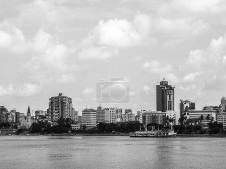 Photo pour Bord de l'eau de Dar es Salaam, Tanzanie en Afrique de l'Est, vue depuis un bateau. Orientation horizontale, noir et blanc . - image libre de droit
