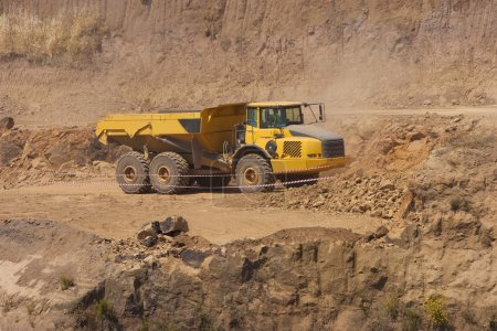 Photo pour Camion et bulldozer dans la carrière - image libre de droit